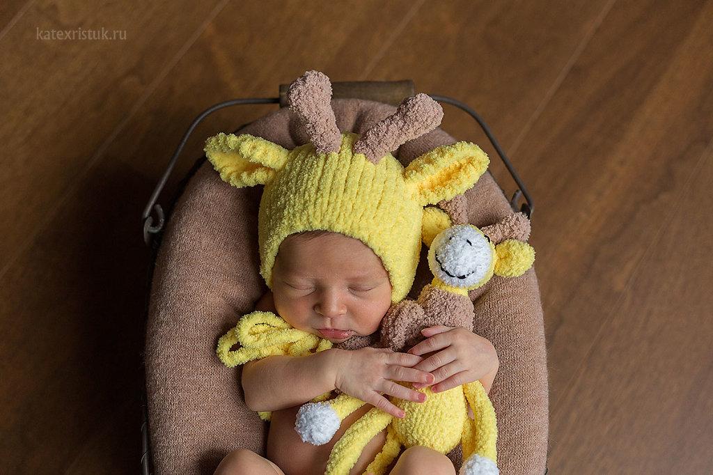 Фотосессия новорожденного в Москве жирафик