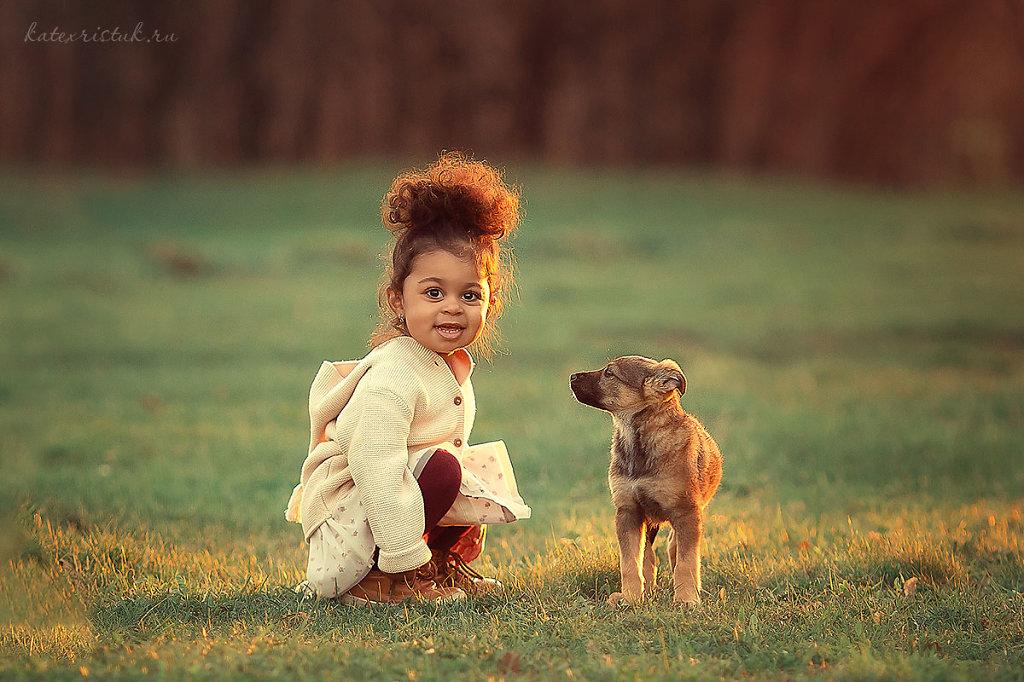 Девочка мулатка и щенок